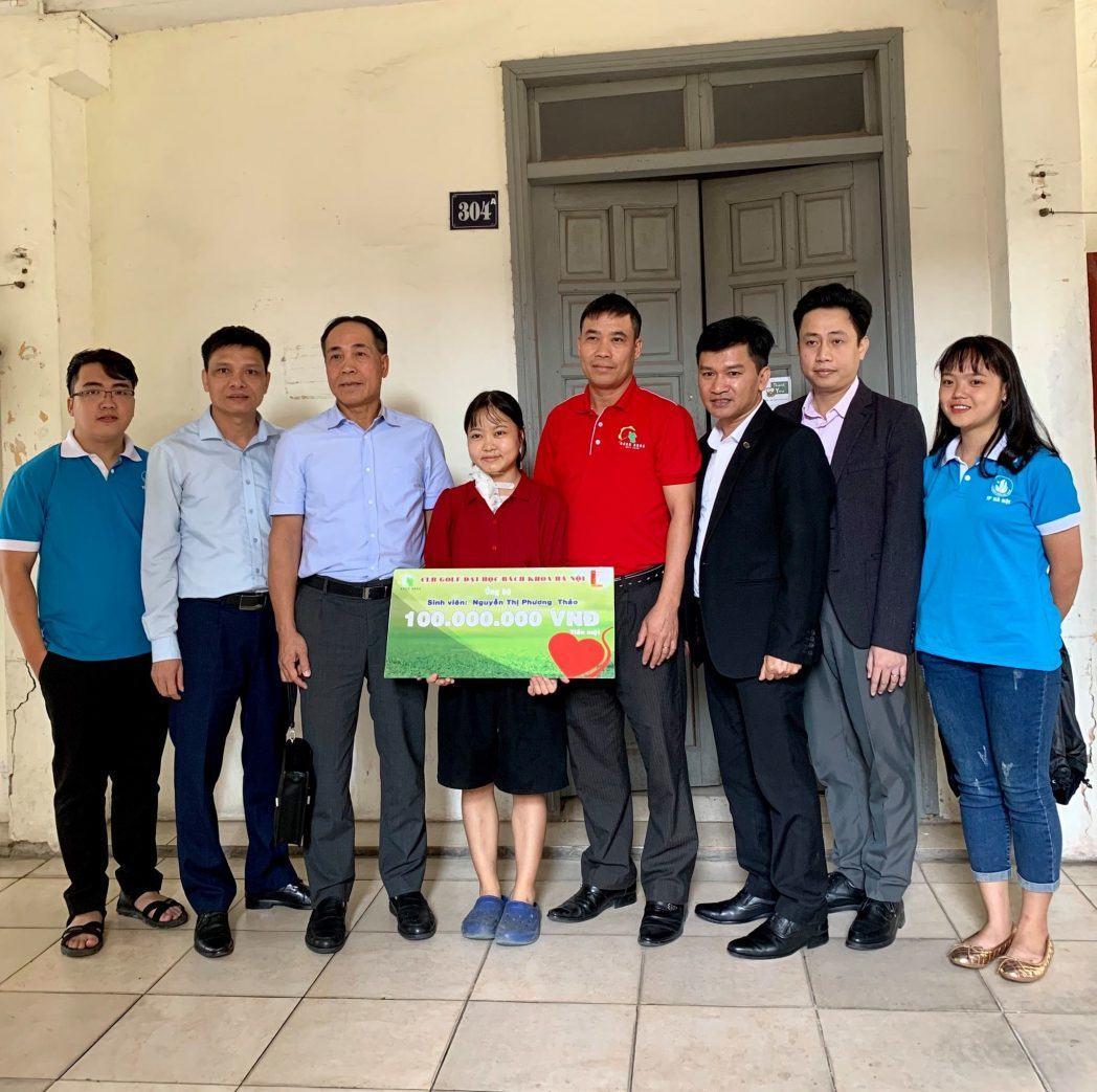 Ông Lê Quang Khải - Tổng giám đốc công ty Micoem trực tiếp trao quà và tiền hỗ trợ 100 triệu cho sinh viên vượt khó.